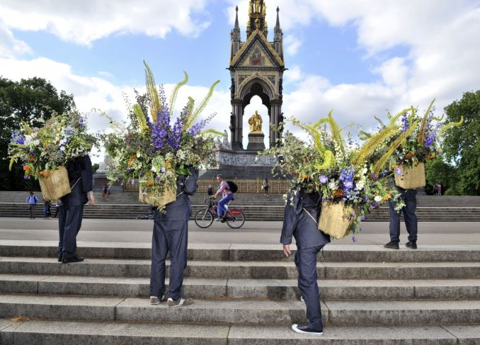 AZUMA Makoto's flower messengers outside the Albert memorial in Kensington Gardens. Courtesy of Japan House.